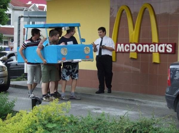 Xe giấy 'drive-thru' tại McDonald's