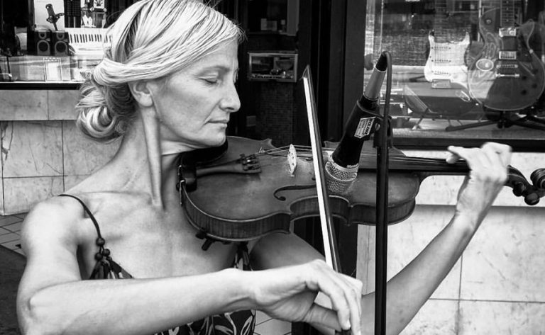 Giọng hát thiên thần của người phụ nữ vô gia cư