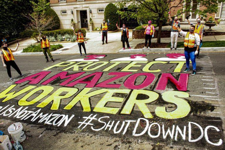 Nhân viên Amazon biểu tình trước dinh thự xa hoa của Jeff Bezos