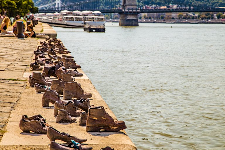 Sông Danube và những đôi giày tưởng niệm