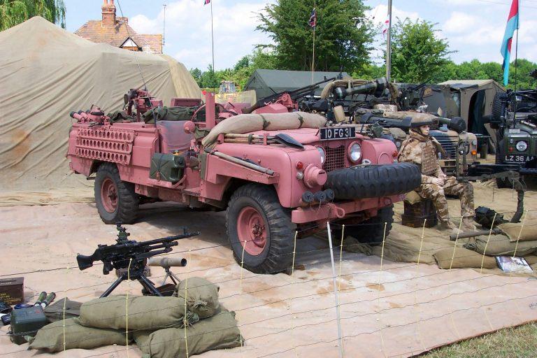 Màu hồng trên các phương tiện quân sự