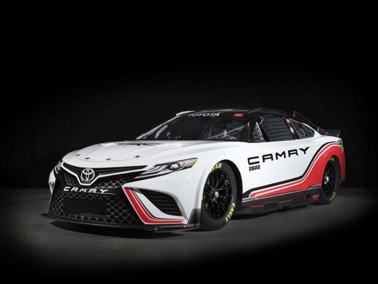 Toyota Camry 670 mã lực trên đường đua NASCAR